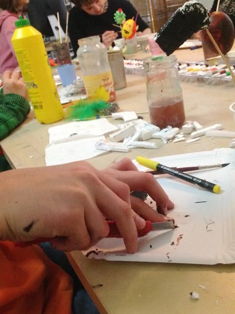 Arbeit mit dem Cutter im Atelier bei Mittelpünktchen