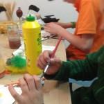 Zwei 11jährige Jungen arbeiten an Ihren Oster-Objekten