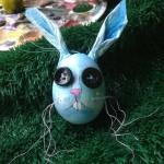 Blauer Hase mit Knopfaugen im Stil von Tim Burton, bei Mittelpünktchen