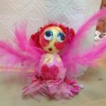 Rosa gefiederte Liebesfee beim Osterworkshop