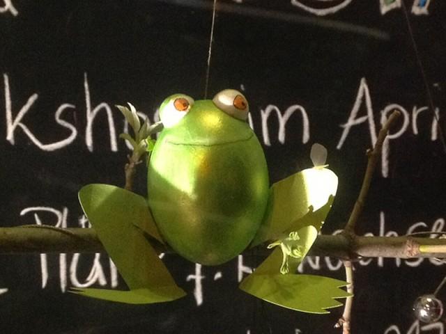 Frosch-Osterei mit Fliege auf dem Knie, entstanden bei Mittelpünktchen Kreativworkshop